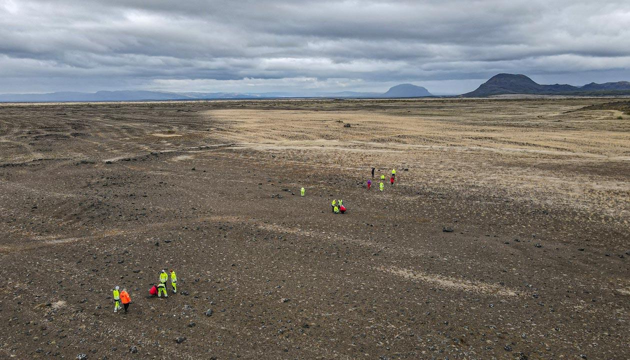 Loftmynd af sáningasvæði í landi Kots, fólk við gróður rannsóknir, Búrfell og Bjólfell í baksýn
